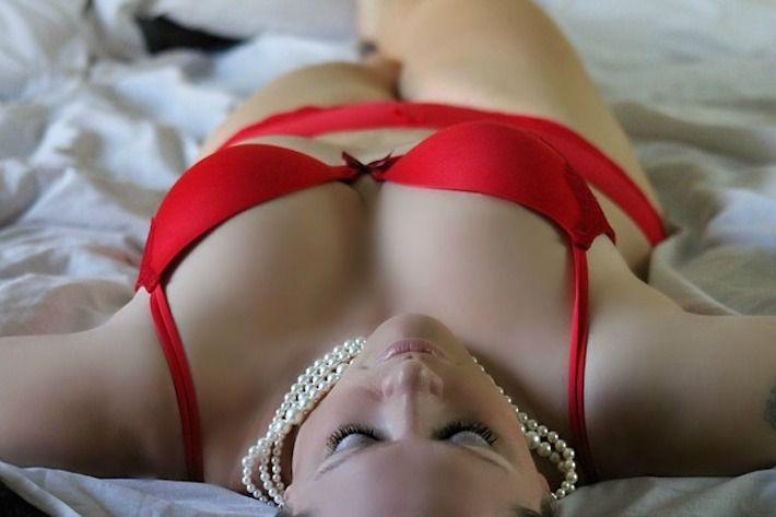 Frau auf Bett liegend