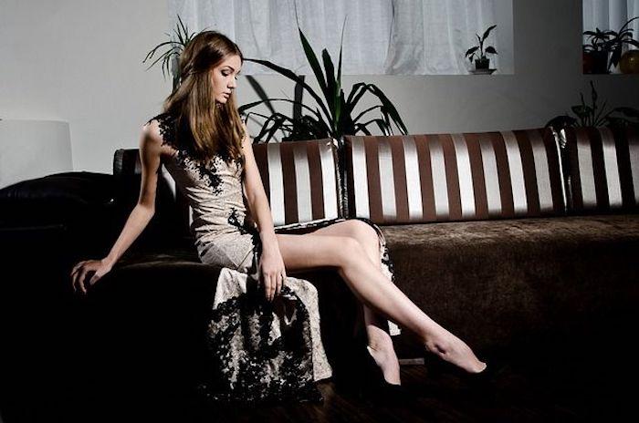 Frau mit Kleidung vor Date
